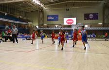 Un dels partits de bàsquet que es van disputar el diumenge a una de les pistes del Pavelló Olímpic reusenc.