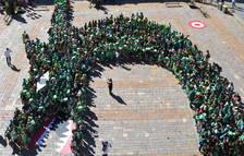 Más de un millar de escolares recrean la Víbria de Reus en el Mercado para decir «Hola Sant Pere!»
