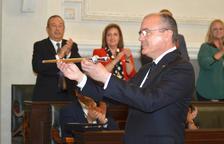Carles Pellicer amb la vara d'alcalde de la ciutat de Reus.