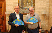 Diari Més entrega el abanico de la Festa Major de Sant Pere al alcalde