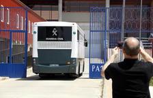 Els presos independentistes arriben a Zuera, on passaran la nit