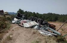 Un mort en bolcar un camió que transportava plaques de cartró guix a la C-43 al Pinell de Brai