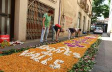 Valls reencuentra el simbolismo del Corpus con los toques de campanas, una alfombra de flores y una 'balladeta' del Àliga