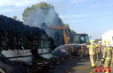 Varias dotaciones de los Bomberos remojando la carga de limones del camión.
