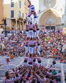 Els turistes omplen la plaça de les Cols per veure castells dels Xiquets de Tarragona