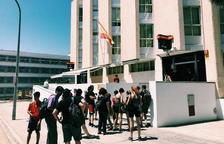 Detinguts cinc joves per un delicte d'odi per repartir fulletons contra Vox