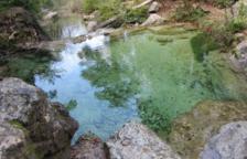 Refrescar-se a la Font de la Llúdriga, després de caminar per un bosc de fades, a Capafonts