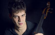 El violoncelista Victor-Julien Laferrière es el primer artista del festival en actuar.