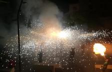 Imagen del 'correfoc' de la fiesta mayor de la Santa Creu de ayer domingo en Calafell pueblo.
