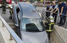 Un cotxe queda encastat en una boca de metro a la Plaça Espanya de Barcelona sense causar ferits
