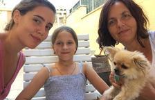 Joana Reyes, a la derecha, con la Kira, en el centro, y su hija.