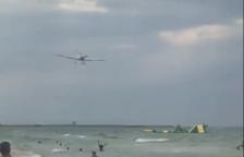 Imagen del avión sobrevolando a los bañistas en la playa de Calafell.