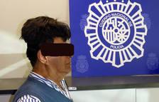 Imatge de l'home detingut per portar cocaïna al seu perruquí a l'aeroport del Prat.