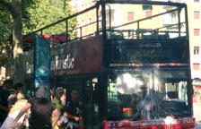 Dos encaputxats llencen pintura contra un bus turístic a la plaça Kennedy de Barcelona