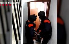 Dos mossos entren en un dels domicilis