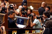 El líder socialista español, Pedro Sánchez, se sienta en su escaño del hemiciclo del Congreso durante la primera jornada del debate de investidura.