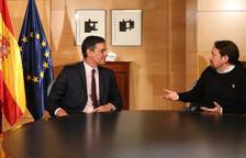 El secretario general del PSOE, Pedro Sánchez, y el líder de Podemos, Pablo Iglesias, sentados en la mesa reunidos en el Congreso de los Diputados.