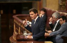 Albert Rivera, presidente de Ciutadans, habla desde el atrio del Congreso de los Diputados durante el debate de investidura de Pedro Sánchez.