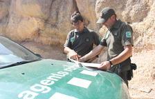 Dos agentes rurales en el Parque Natural de la Sierra del Montsant.