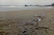 El Seprona arxiva la denúncia per les boles de plàstic aparegudes a la platja del Miracle de Tarragona