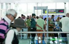 Imagen de archivo de vigilantes de seguridad en un control en el aeropuerto del Prat.