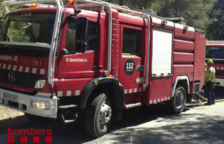 Cinc dotacions de Bombers treballen en l'incendi d'un edifici deshabitat a la Ràpita