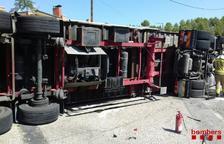 Dos heridos al volcar un camión en la C-12 en Flix