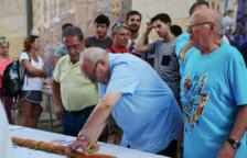 Un bocadillo de 30 metros con la firma de Can Boada preside la antesala de las fiestas de Sant Roc