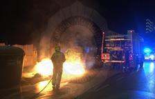 Cremen tres contenidors durant la matinada al Vendrell