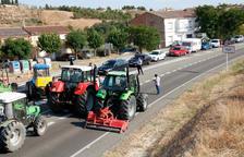 Cerca de 150 campesinos y 15 tractores vuelven a cortar la C-12 en Flix por tercera vez