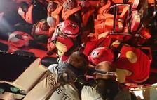 Imagen de migrantes rescatados en el mar Mediterráneo por Proactiva Open Arms.