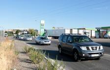 Uns 40 vehicles fan una marxa lenta per exigir ajudes directes per als afectats per l'incendi de la Ribera d'Ebre