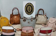 Intervienen varios bolsos falsificados en el mercado semanal de Amposta