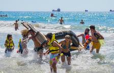 Andròmines i castells de sorra omplen d'expectació les platges de Tarragona