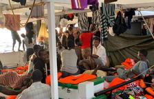 Plano general de algunos migrantes a bordo del barco de rescate Open Arms.