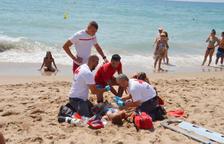 Simulacro de salvamento de la Cruz Roja en la playa Llarga de Roda