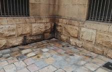 Racons de la Part Alta esdevenen urinaris durant la festa de Sant Magí