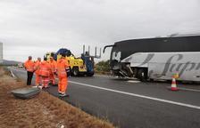 Un muerto y nueve heridos en un choque frontal entre un autobús y un coche en la AP-7 en Amposta