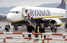 Turistes desembarcant d'un avió de Ryanair a l'aeroport de Girona-Costa Brava.