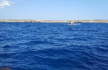 Los socorristas del barco, junto con los guardacostas italianos, están trabajando para rescatar a las personas que se han lanzado al agua.