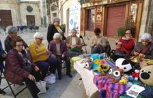 'La bufanda de la iaia' socialitza la tercera edat i teixeix noves amistats a Reus