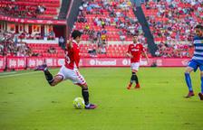 Jonathan Pereira se dispone a centrar durante un momento del Nàstic-Llagostera