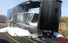 Quema totalmente un camión que transportaba latas de cerveza en la AP-7 en Ulldecona