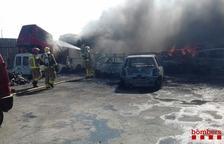 Quinze dotacions de Bombers treballen en un incendi d'una desballestadora de cotxes a Móra