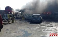 Quince dotaciones de Bombers trabajan en un incendio de un desguace de coches a Mora