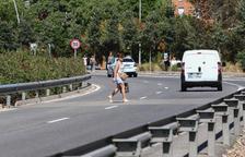 Usuaris de l'Hospital de Reus salten la mitgera i quatre carrils per aparcar al Tecnoparc