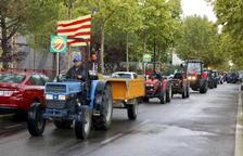 Els pagesos protesten amb tractors per exigir uns preus justos per a l'avellana