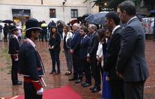 Torra i els consellers fan sota la pluja l'ofrena floral al Fossar de les Moreres