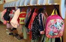 Motxilles i bates penjades en un passadís de l'institut escola Montsant, a Cornudella.