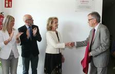 Momento en que se destapó la placa conmemorativa con la consellera Mariàngela Vilallonga dando la mano al presidente de El Centre, Llorenç Rafecas. Al lado el presidente saliente de El  Centre, Josep Maria Vinyes, y la presidenta de la Diputació, Noemí Llauradó.